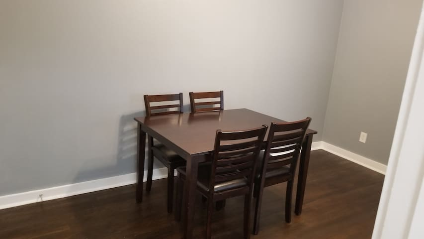 Large Apt Close to Downtown. 2 TV's Hulu, HBO more