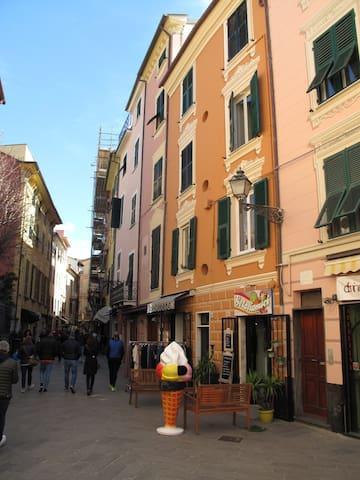 Esterno dell'appartamento, situato nel  Centro Storico della città, nella via dei ristoranti e dello shopping