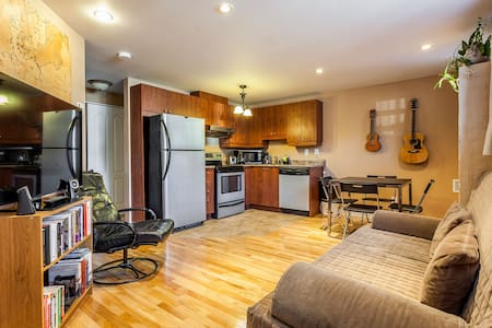Cozy condo near airport and downtown Montreal - Montréal - Lejlighed