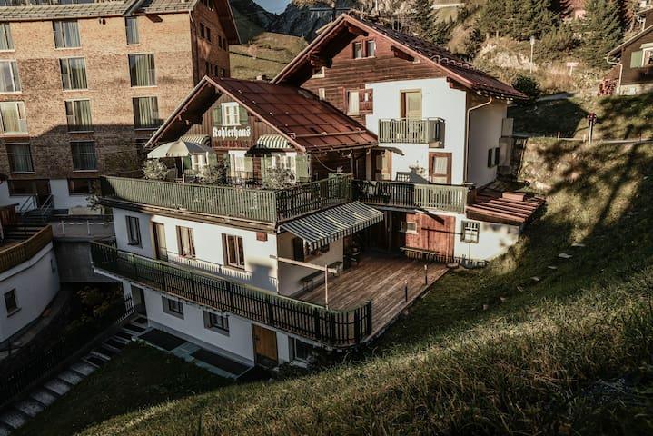 Gemütliches Zimmer in uriger Hütte