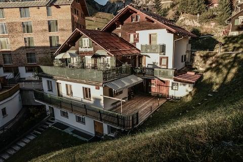 Hyggelig rom i rustikk hytte