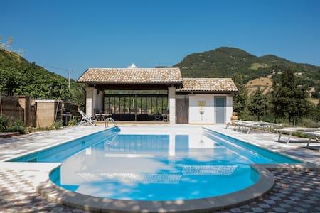 Ampio appartamento in villa con parco e piscina - Montorio Al Vomano