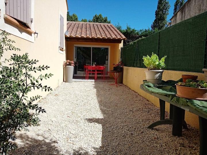 Studio Neuf climatisé avec terrasse proche Avignon