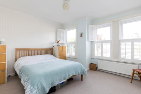 Comfy modern 2 bed home with great transport links