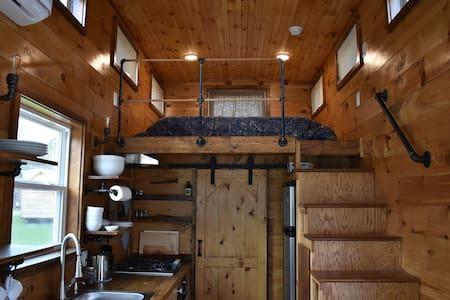 "Romantic Tiny Home - Cabin ""Brigadoon"""