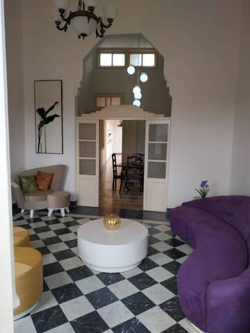 Salón principal, con acceso a amplios balcones que ofrecen una agradable ventilación e iluminación, así como una vista del Camagüey histórico.