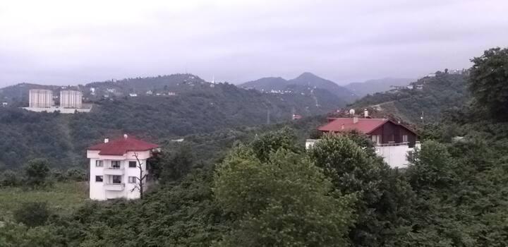 شقة هادئة مطلة على البحر والجبال