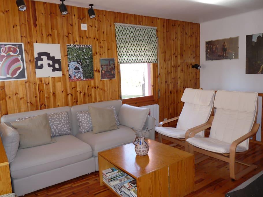 Sala comedor, cuenta con cómodo sofá, 2 butacas, así como TV.