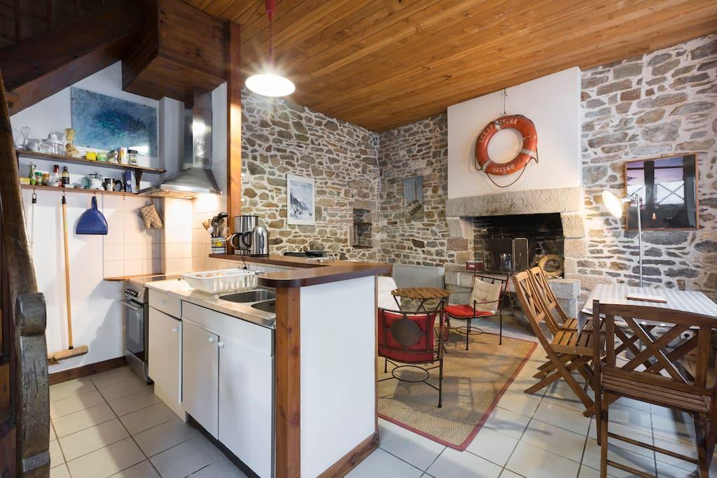 pierres apparentes et bois, authenticité et chaleur pour la pièce principale qui donne sur un charmant petit jardin