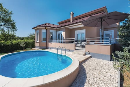 Holiday cottage with 3 bedrooms on 100m² in Badanj