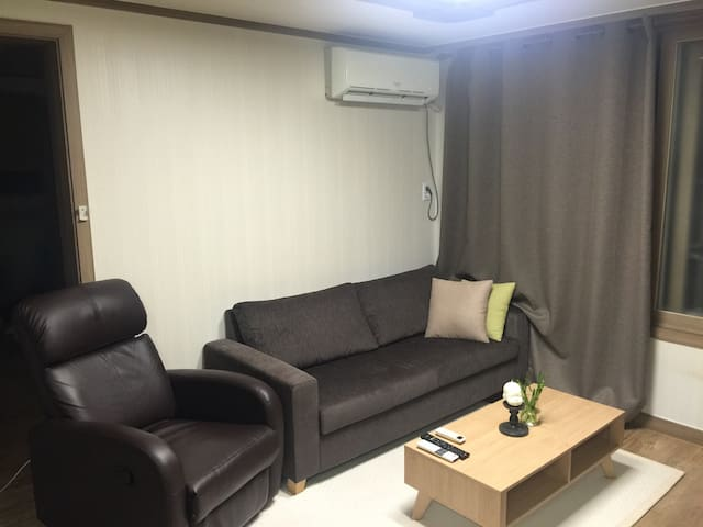 Clean, Cozy Crib on the subway! - Daejeon - Appartement