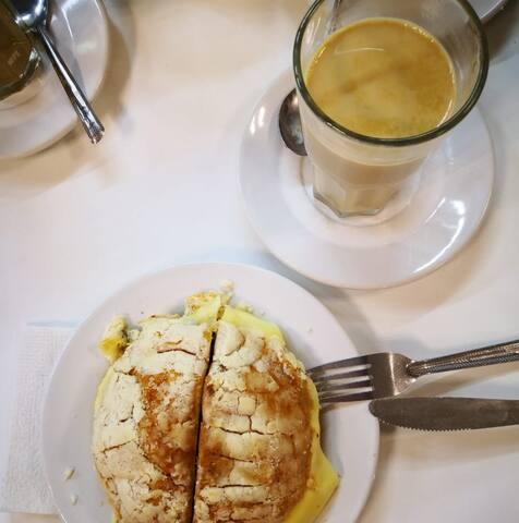 Disfruta de una bomba de nata con un lechero en el Gran café del Portal o Gran café de la Parroquia (a  9 minutos a pie de la casa).