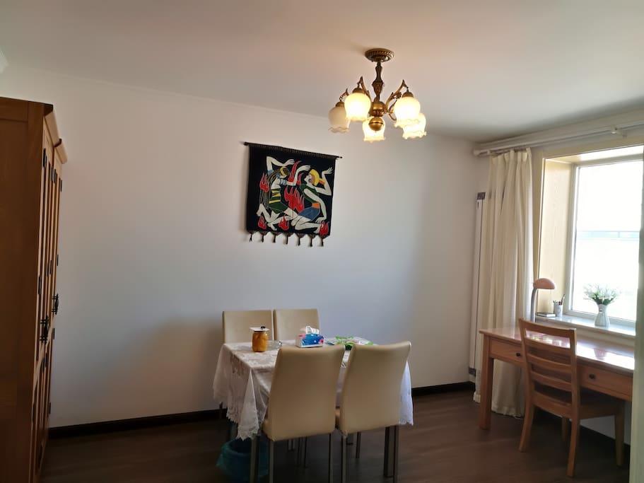 这是原来偏单的小间卧室,经改造,变为大的客厅。