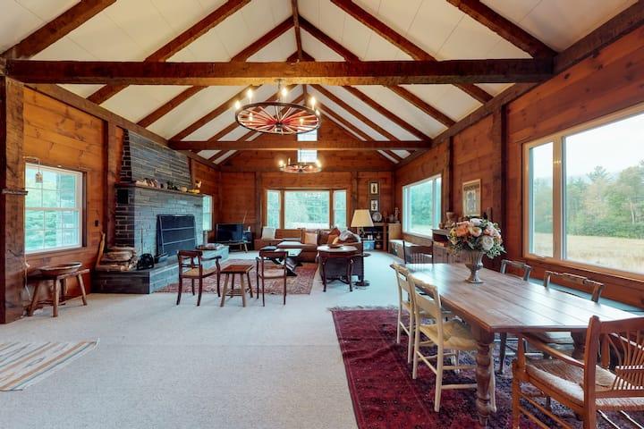 Cozy cabin w/ wood firepace, shared seasonal pool & tranquil views - dogs OK!