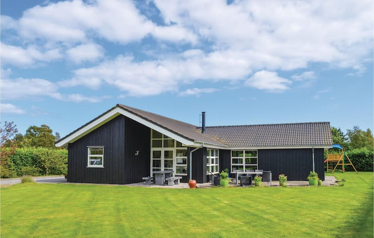 Holiday cottage with 4 bedrooms on 147m² in Storvorde