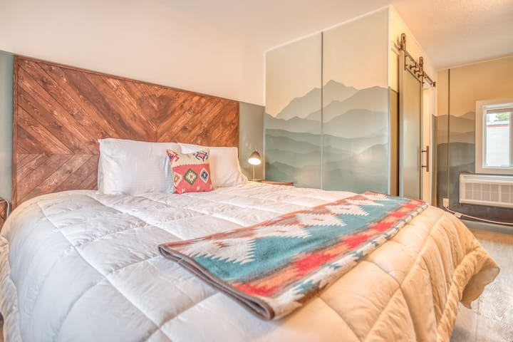 The Roost-Room 8 - Updated, Immaculate Motel Near 1st Street Rapids Featuring King Bed with Stylish Detail!