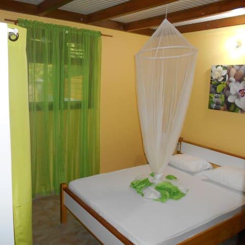 chambre 1 avec lit deux place climatisation