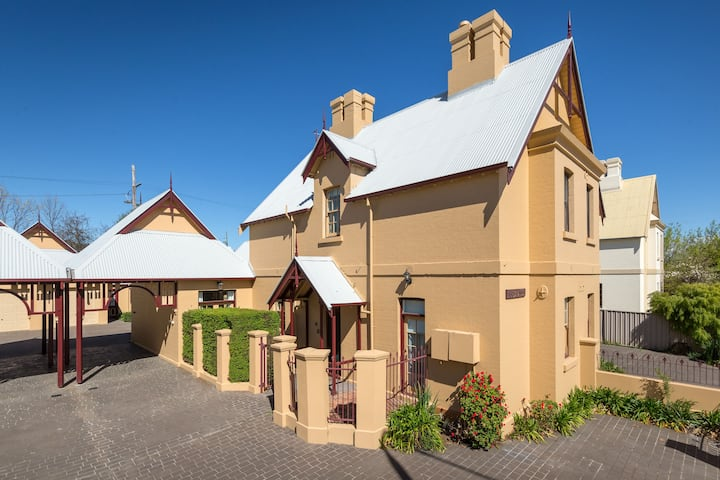 CBD Charming Historic Cottage 534 Young St
