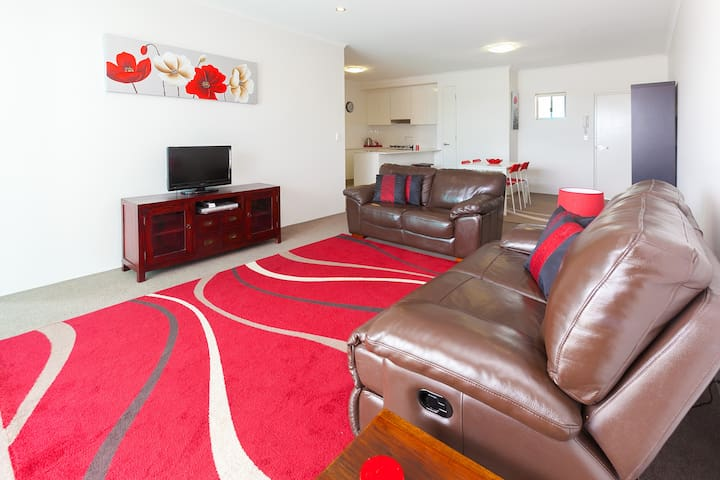 2 bedroom, quiet apartment close to the city - Kelvin Grove - Byt