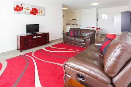 2 bedroom, quiet apartment close to the city - Kelvin Grove - Leilighet