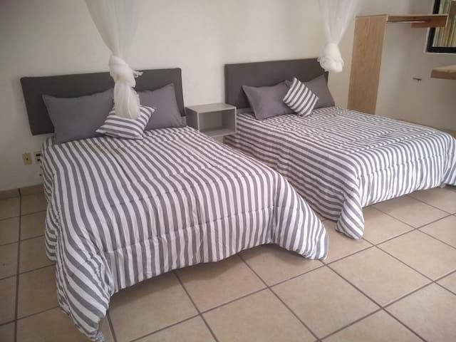 Bungalow principal 2 camas matrimoniales  cuenta con tv y cable y baño privado