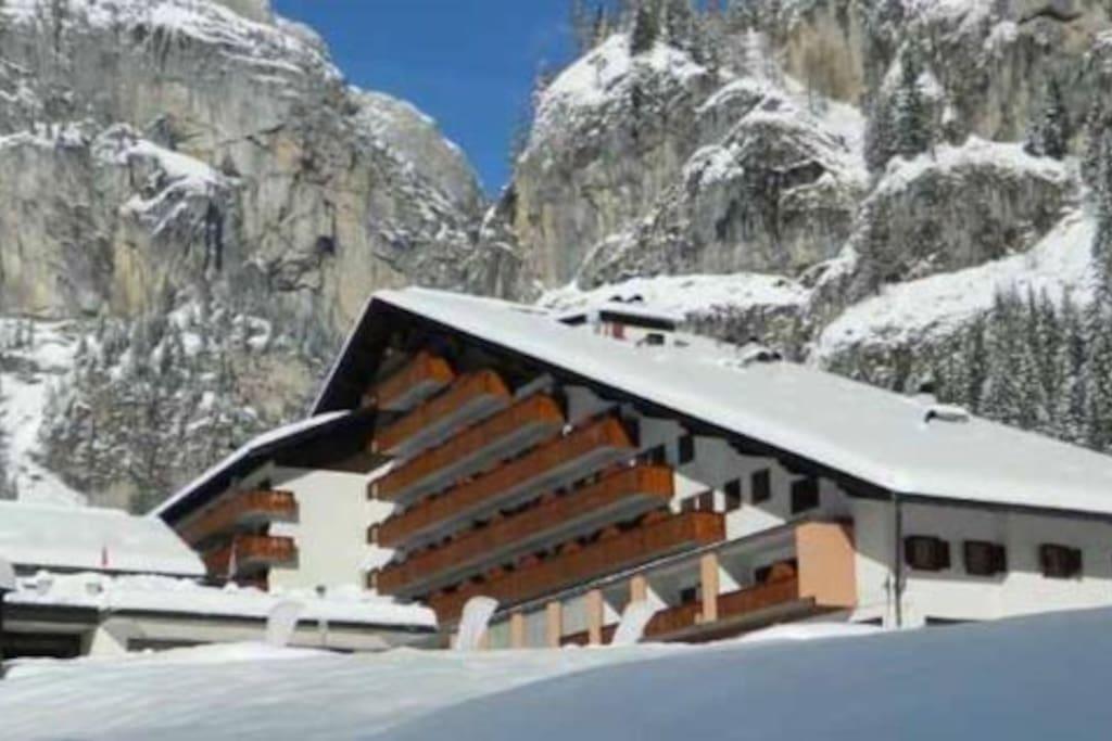 Esterno della struttura con vista sulle Dolomiti