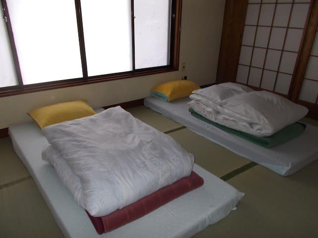 2階の和の寝室は3名までで寝られます、布団高反発マットレスの寝心地抜群で疲れが取れますので寝てみてください!