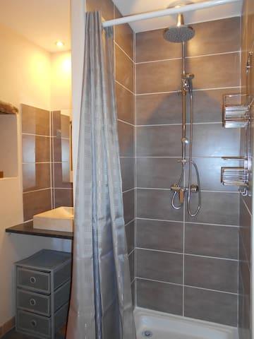 salle d'eau avec sèche serviettes