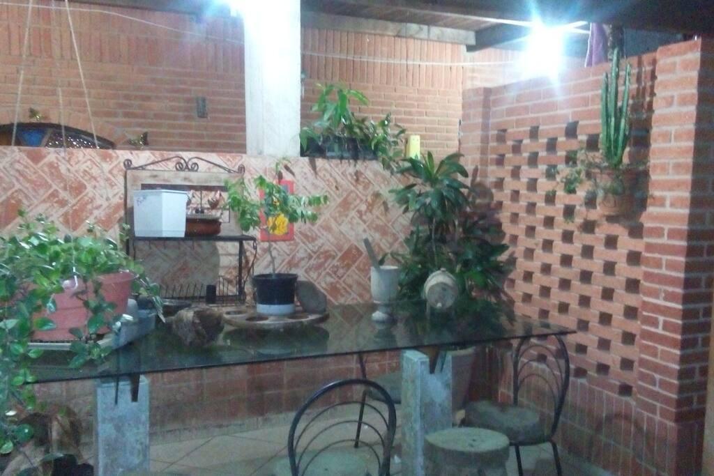 Mesa da churrasqueira e fogão a lenha