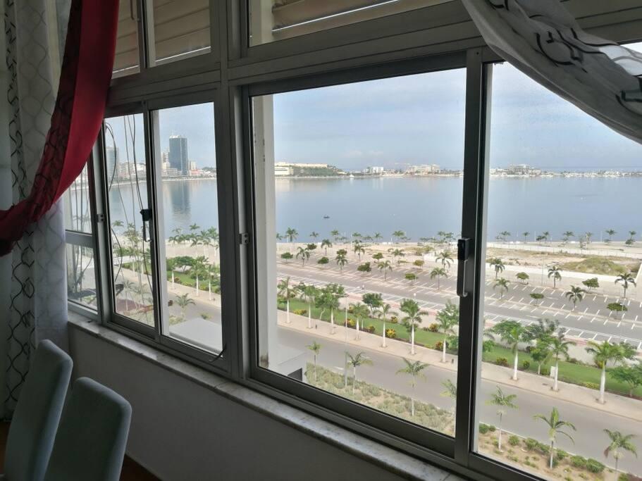 Vista desafogada sobre a baia de Luanda, ilha de Luanda, porto de Luanda e fortaleza São Miguel