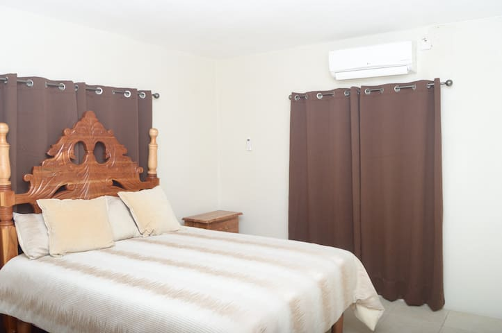Easy Vibe Queen Room With, Kitchen, AC & Hot Water