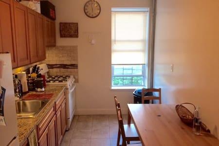 Large 1 Bedroom in Quiet Brooklyn Neighborhood - บรุกลิน