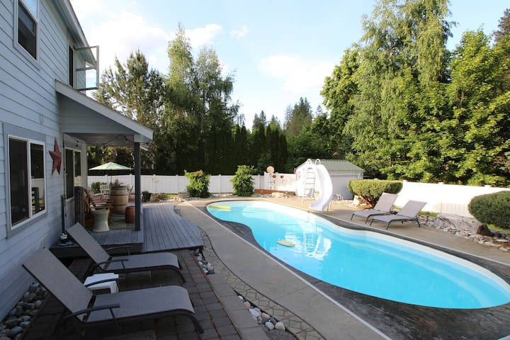 Spacious, mountainview home w/ private pool, hot tub, large yard - close to town