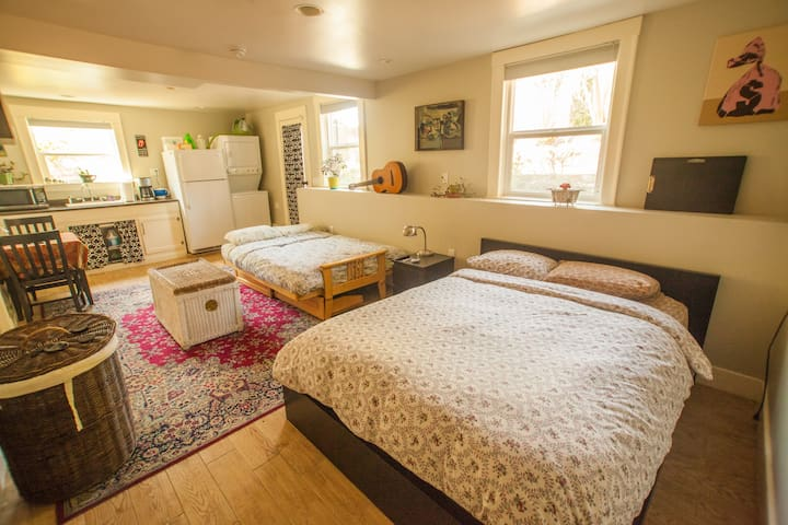 Large, Bright Garden studio w/ parking & backyard