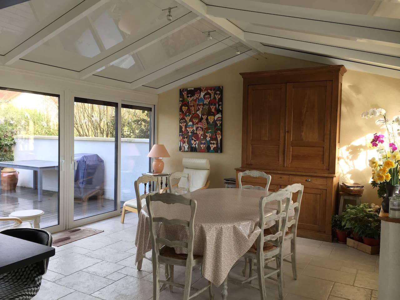 Autre vue de la véranda, pièce lumineuse ouverte sur la cuisine et les 2 terrasses.