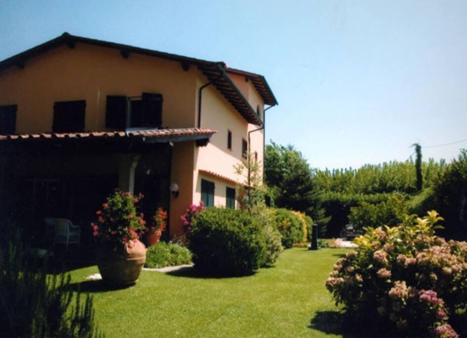 il parco in cui è inserita la tipica villa Toscana
