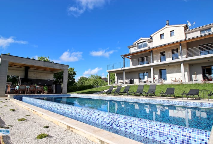 Holiday House with pool, Villa2m upgraded its outdoor space: we added a summer kitchen and more seating area!