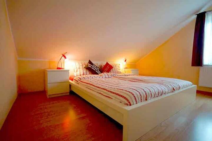 Schlafzimmer 2 mit Doppelbett und Kleiderschrank