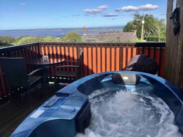 BUMBLEBEE LUXURY POD WITH HOT TUB & STUNNING VIEWS