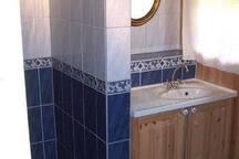 Bad med dusj og toalett.