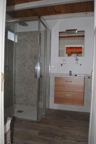 Cuarto de baño con ducha.