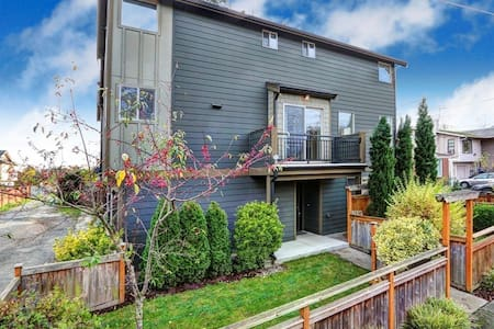 Private Bed/Bath in Quiet Townhome Close to Train - Seattle