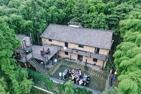 骑迹莫干山(1间-2人上下铺小竹屋-公共卫浴)/在院子里就能看竹海数星星,被竹海包围的土墙楼房