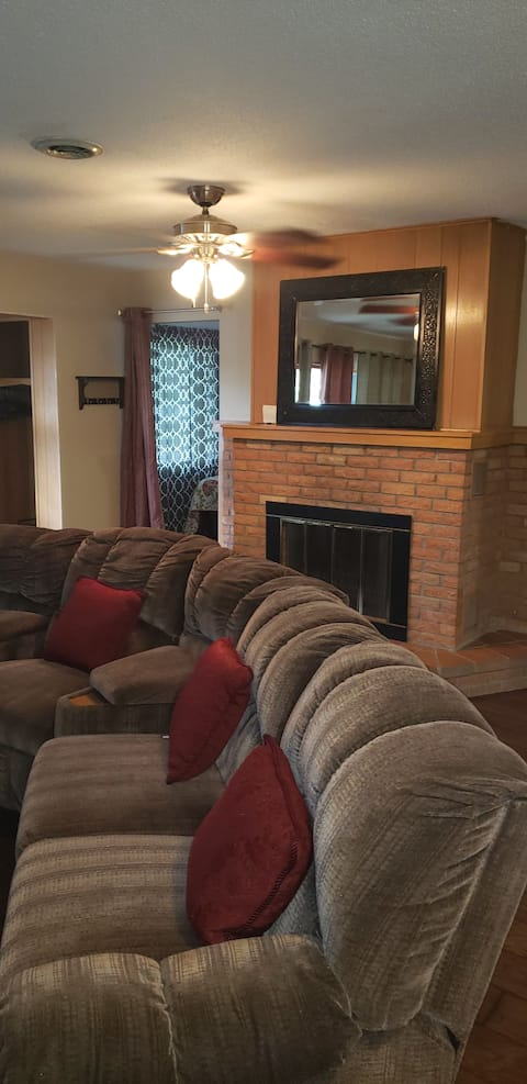 SLEEPS 12. Cozy, Clean, Quite, Newly Renovated