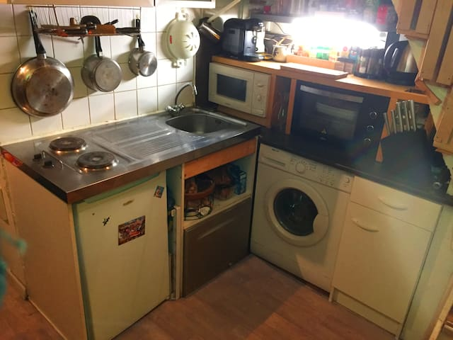 Cuisine fonctionnelle avec frigo, lave-vaisselle, lave-linge, micro-onde, four, cafetière, bouilloire, la totale