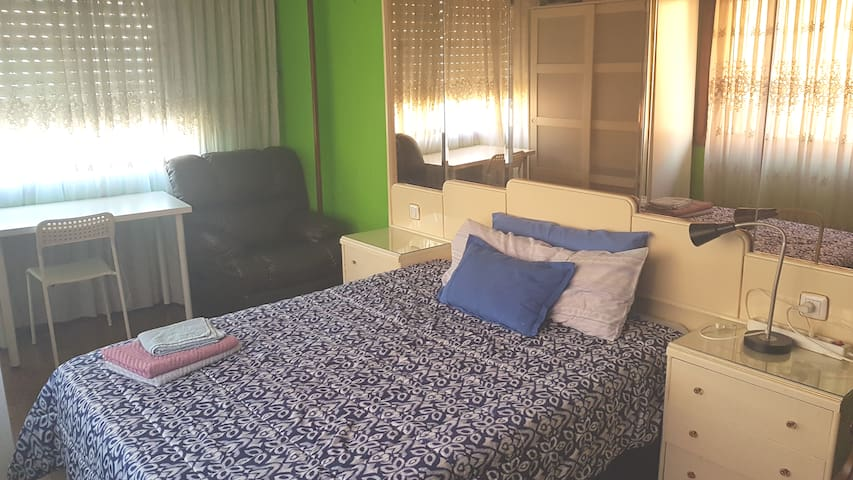 2 hab, baño privado, wifi, parking gratis calle,cc