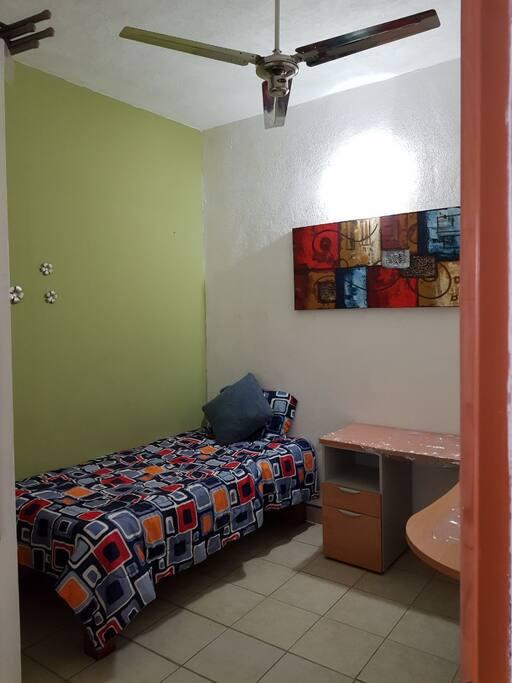 Cuarto 1 con escritorio y armario