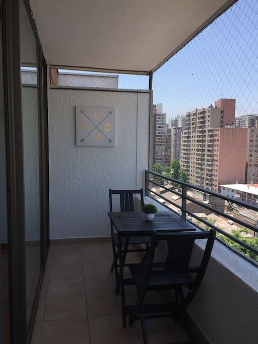 Cómodo balcón con juego de terraza