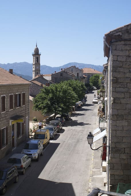 Vue de la rue principale depuis la terrasse du logement