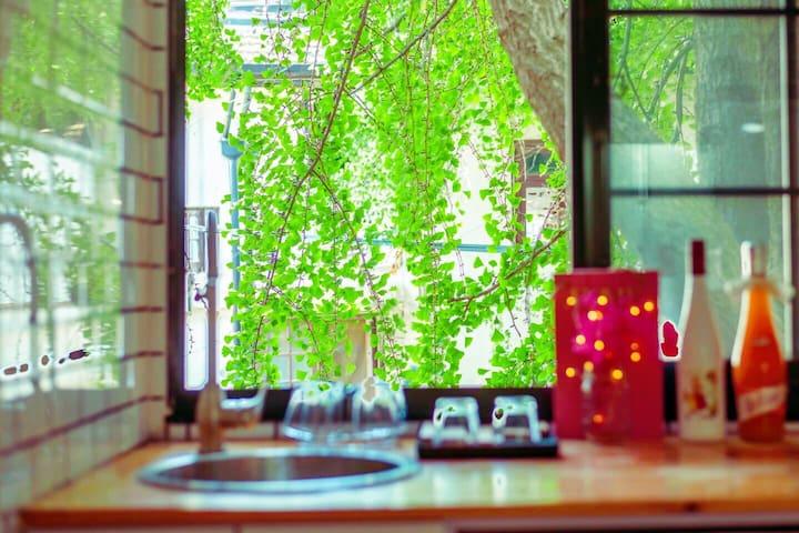 长租优惠 近地铁 淮海中路朝南一居室 步行可至K11/新天地/环贸/香港广场/复兴公园/上海戏剧院